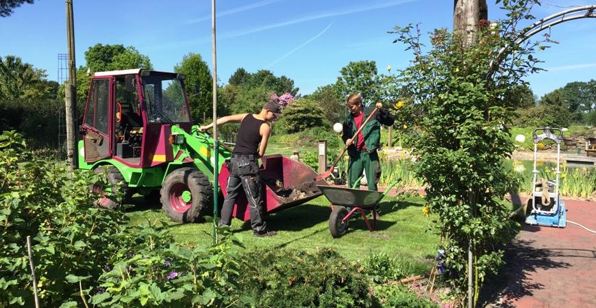 Unsere Auszubildenden bei der Gartenpflege mit Radlader