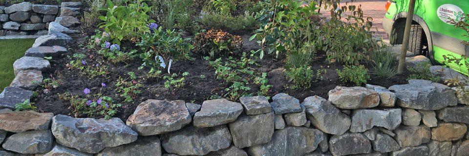 Trockenmauerbau Mauern verschönern nicht nur ihr Blumenbeet.