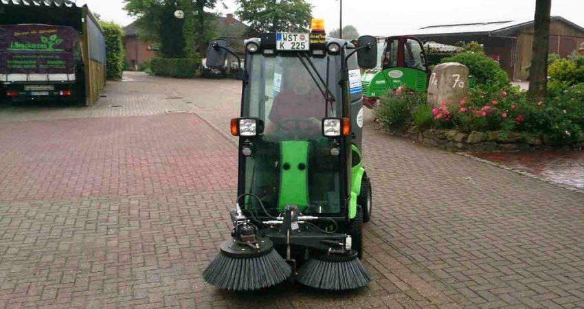 Beispielhaft ist unsere Kehr- Saugmaschine in Kombination mit dem Heißwasserverfahren, zur Instandhaltung von Parkplätzen und Pflasterflächen.