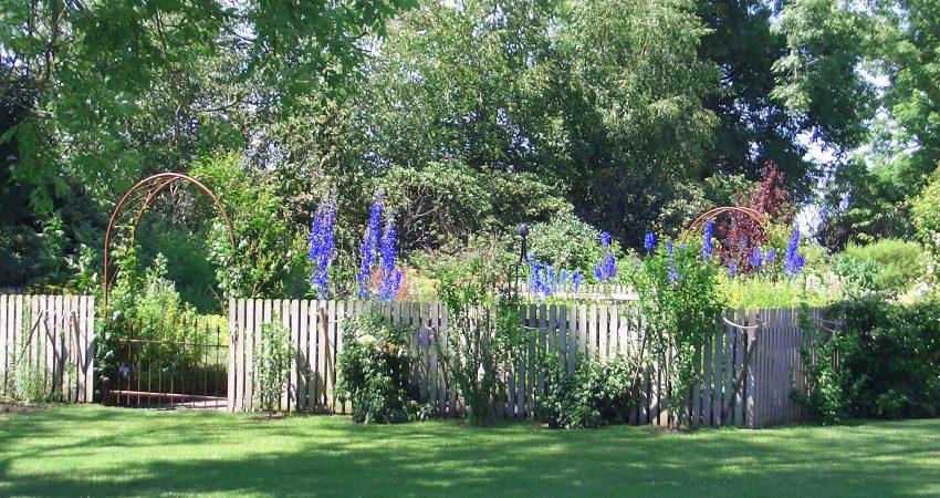 standortgerechte Bepflanzungen, eine sorgfältige Materialauswahl und ein solides, handwerkliches Können, wodurch private Hausgärten und Außenanlagen im Siedlungsbau zu attraktiven Orten der Erholung gestaltet werden.