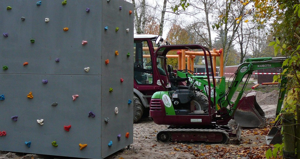Spielplatzbau-Baggerarbeiten