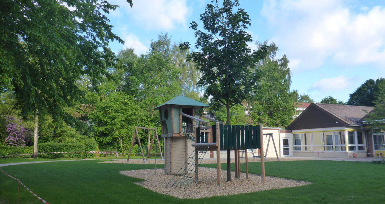 Spielplatzbau-fertiger Spielturm mit baum