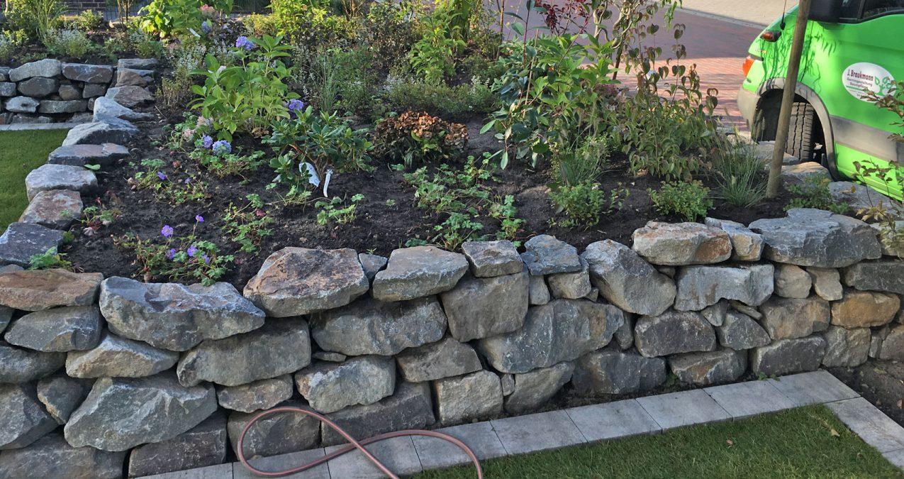 Trockenmauer-Gartenpflege